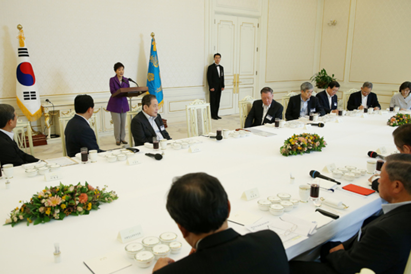 President Park delivers a speech at a luncheon meeting at the President's Office with the heads of the 10 largest business groups on August 28.