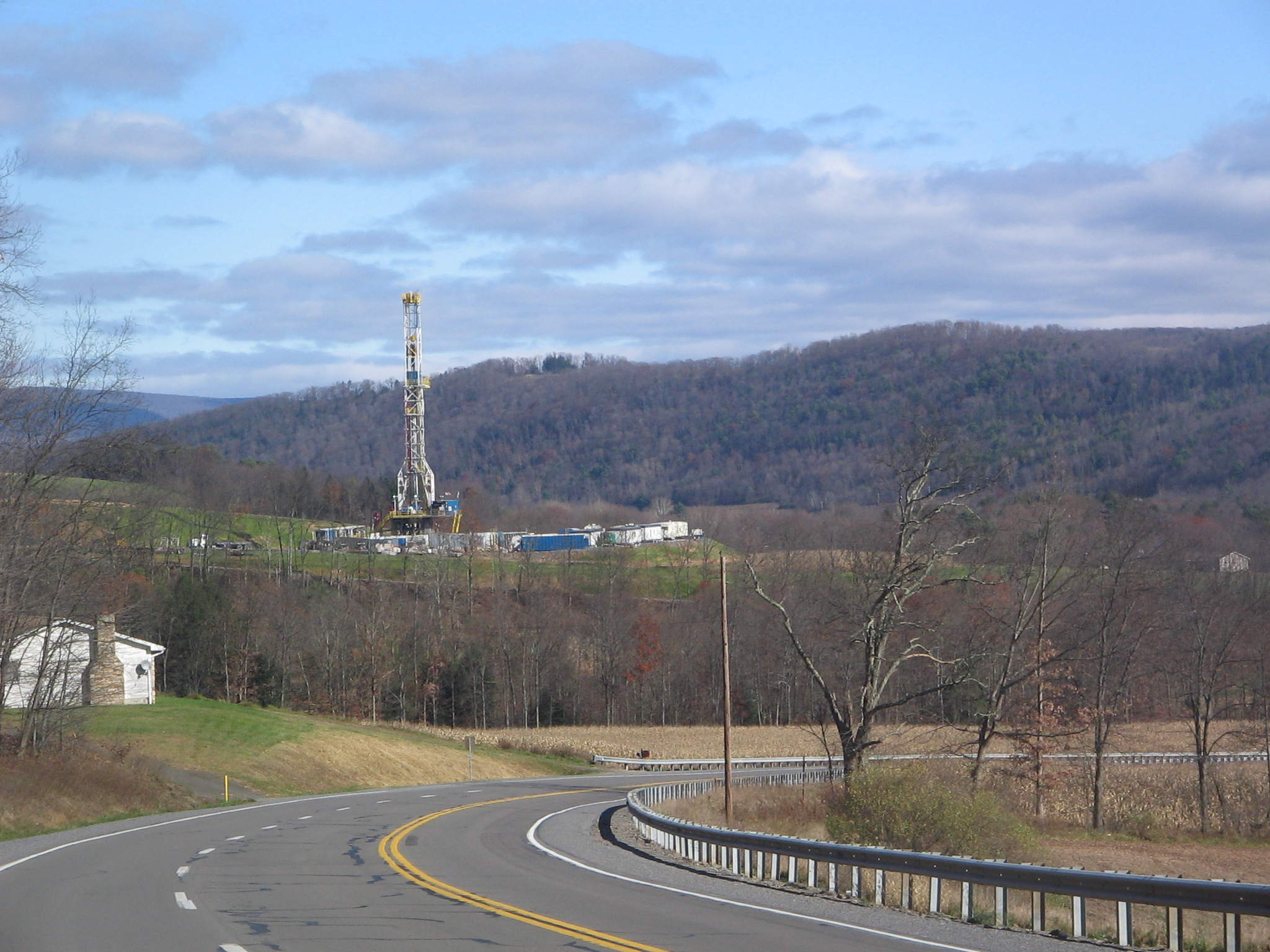 Tower for drilling horizontally into the Marcellus Shale Formation for natural gas in Pennsylvania, USA. (photo courtesy of Ruhrfisch/Wikimedia Commons)