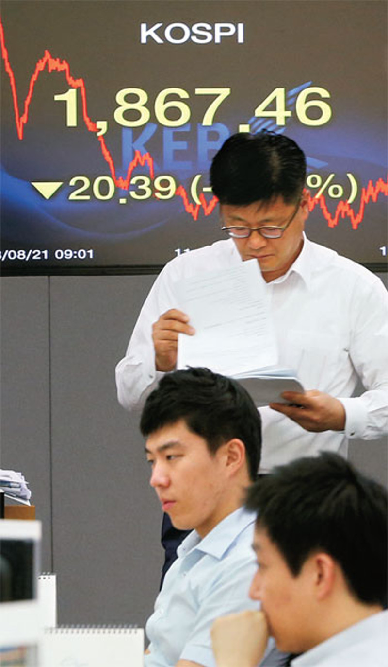 Traders at Korea Exchange Bank headquarters in Seoul at the end of the trading day on August 21 when the KOSPI closed at 1867.46, a decline of 20.39 points (-1.08%).