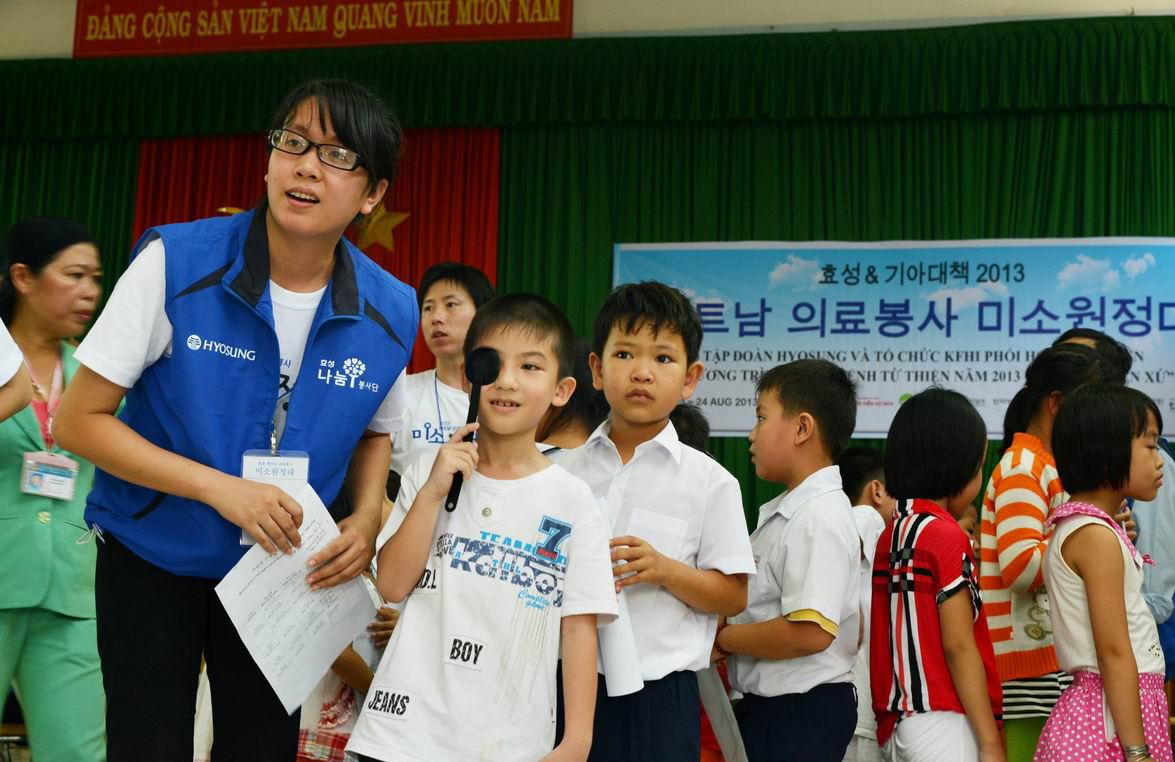 The Smile Expedition of Hyosung visited the Tien Phuoc Elementary School in Nhon Trach, Dong Nai Province to provide free medical checkups for underprivileged Vietnamese children.