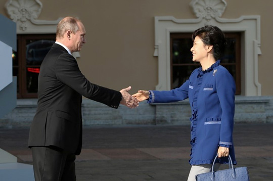 President Park Geun-hye shakes hands with Russian President Vladimir Putin in Constantine Palace on September 5.