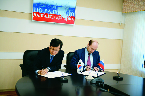 The MOU signing ceremony between POSCO and the Russian Government in Khabarovsk, Russia, on September 25.