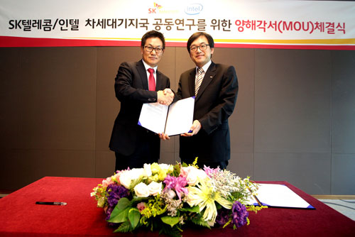 The MOU signing ceremony between SK Telecom and Intel Korea at the SKT building on September 30.