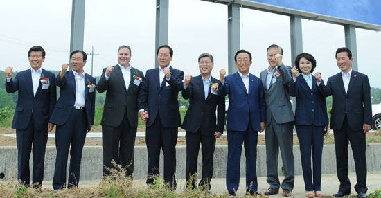 Brad Swallow (third from left) in charge of Yeongcheon MRO Center for Boeing, Kim Young-seok (fourth) Yeongcheon City Mayor, Kim Kwan-yong (sixth) North Gyeongsang Province Governor, and others at the Nokjeon MRO Center business site in Yeongcheon City.