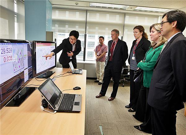 Choi Jin-sung, Executive Vice President and Head of ICT R&D Division at SK Telecom (first from right), and Nicola Palmer, Verizon's Chief Network Officer(CNO) (second from right), at a Handover-Free Cell tech demo at ICT R&D Division of SK Telecom Oct 1.