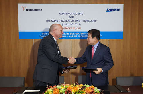 Steven L. Newman (left), president of Transocean, shakes hands with Ko Jae-ho (right), president of Daewoo Shipbuilding and Marine Engineering after signing the contract to build a drillship on October 15.
