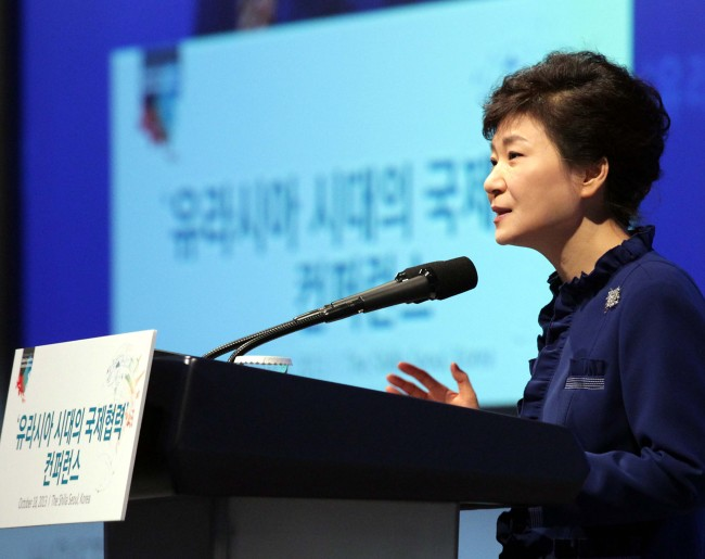 President Park Geun-hye delivers a speech during an international conference on Eurasian cooperation held at the Shilla Hotel in Seoul on the morning of October 18.