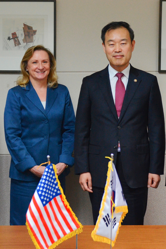 The Korean Intellectual Property Office Commissioner Kim Young-min poses with the acting commissioner of the US patent office Teresa S. Rea after a meeting on October 21.