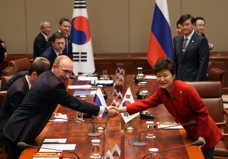 Korean President Park Geun-hye and Russian President Vladimir Putin shake hands at the summit talks held on November 13.