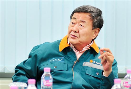 Dongbu Group chairman Kim Jun-ki speaks about misunderstandings of the financial status of the business group at an executive meeting held in Dangjin plant of Dongbu Steel on October 19.