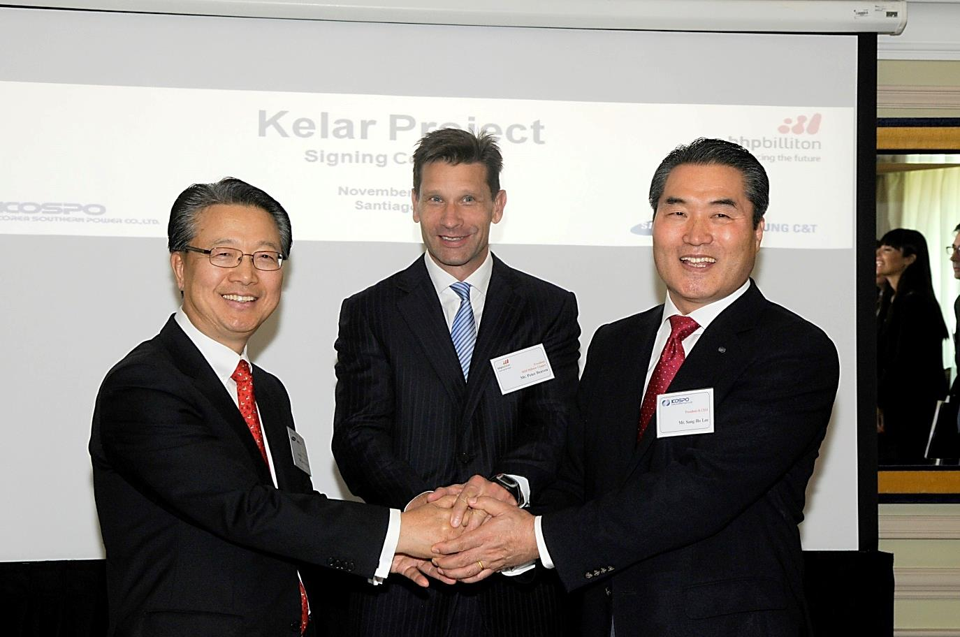 KOSPO President Lee Sang-ho (right), BHP Billiton Copper President Peter Beaven (center), and Samsung C&T Vice President Kim Jung-su (left) join hands after signing the Kelar complex contract in Santiago, Chile on November 29 (local time).