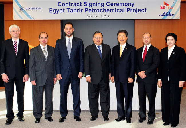 SK E&C CEO Choi Gwang-chul (second from right) poses with the Egyptian Foreign Minister (third from right) and Carbon Holdings' Chairman (far left) at SK's headquarters in Seoul on December 17.