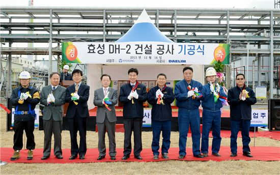 Hyosung CEO Choi Toung-gyo (center) and plant head Cho Do-sun pose after tape-cutting ceremony to celebrate the groundbreaking of the plant expansion in Ulsan on December 16.
