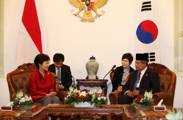 Korean President Park Geun-hye and Indonesian President Susilo Bambang Yudhoyono at the Merdeka Palace in Jakarta on October 12 agree to finalize negotiations about the Comprehensive Economic Partnership Agreement (CEPA) this year.