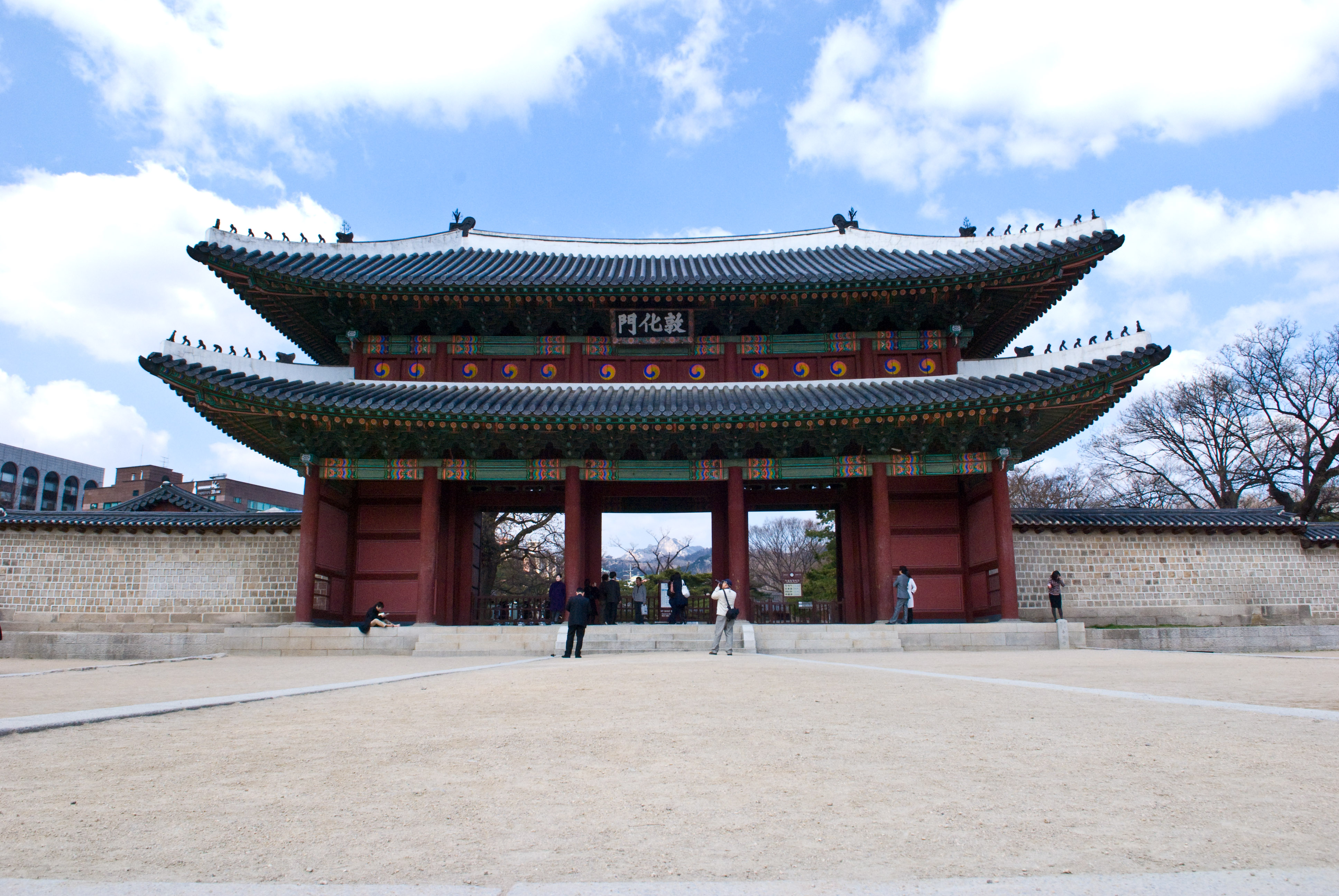 Seoul City announced a 9.6 billion won project to build a traditional music hall across from Donhwamun of Changdeokgung. (Photo by Josh Hallett via Wikimedia Commons)