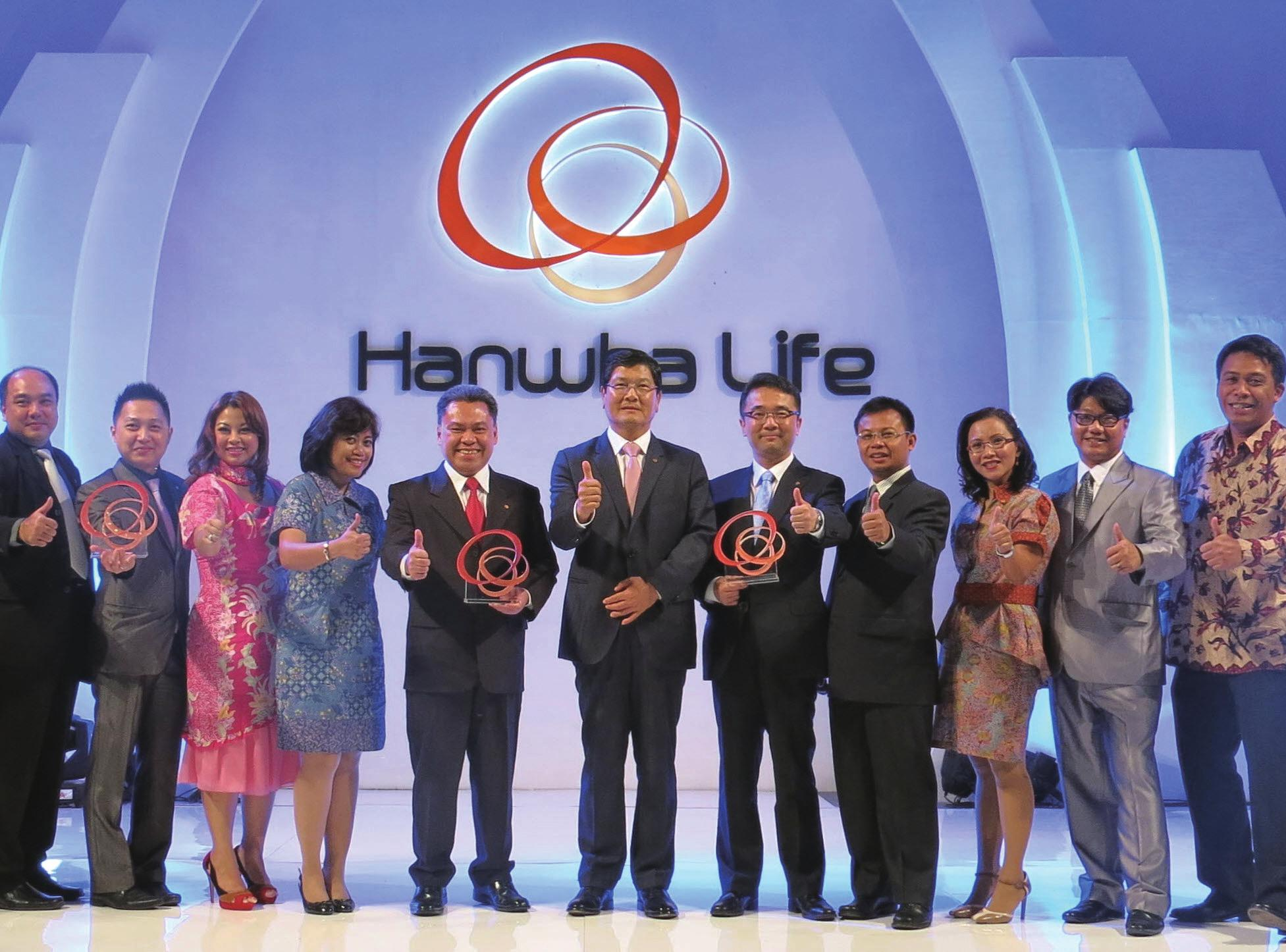 The opening ceremony for PT. Hanwha Life Insurance Indonesia at the Kempinski Hotel Jakarta on October 24. CEO Chan Nam-kyu (middle) and head of the local corporation Hyeon Jeong-seop (fifth from the right) give a thumbs-up with the local employees.