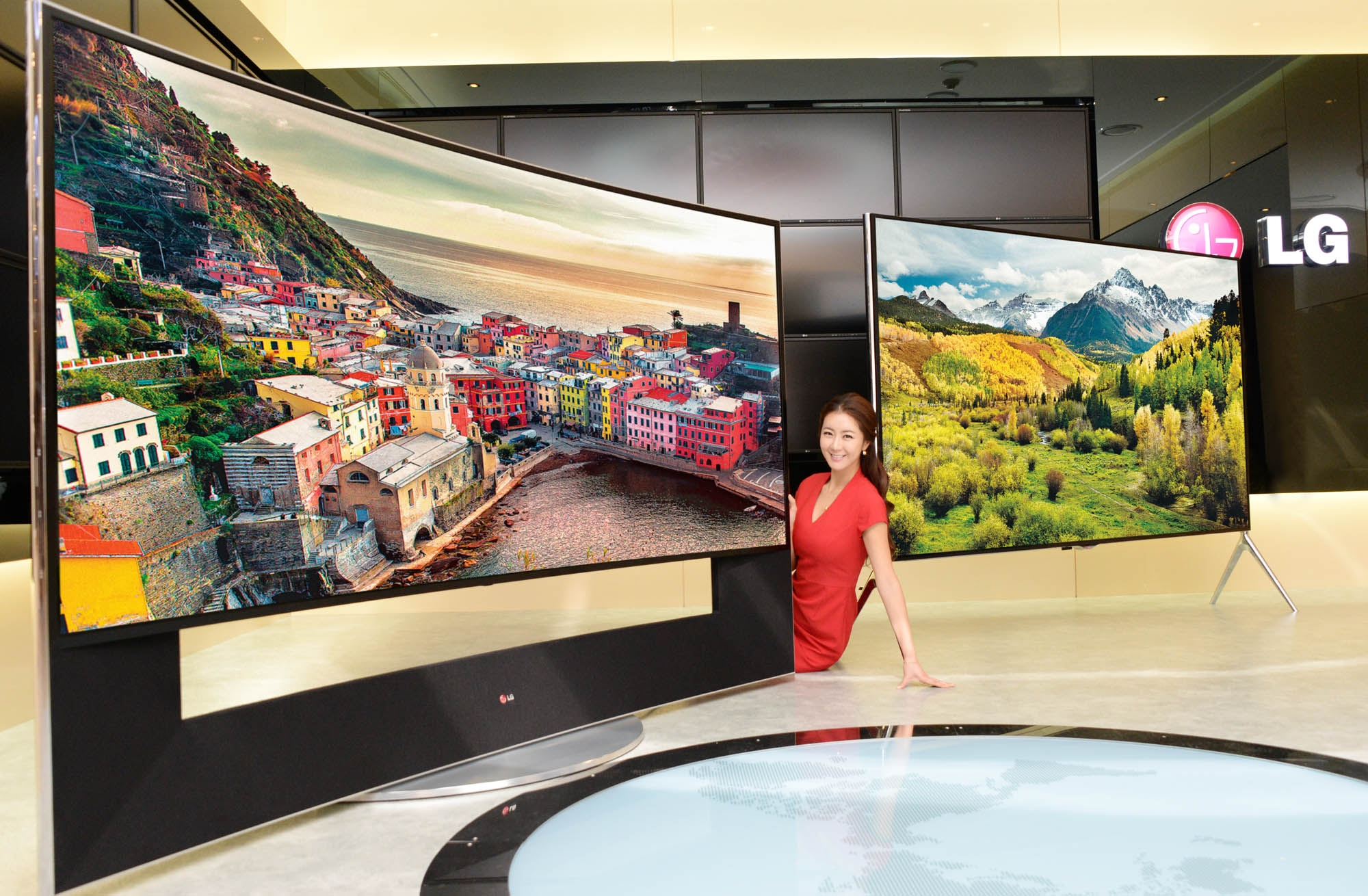 LG Electronics showed off its Curved Ultra HD OLED TV with a 105-inch screen, a 21:9 aspect ratio, and a 5120x2160 5K resolution at CES 2014.