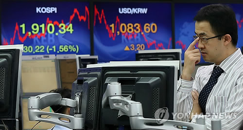 The benchmark Korea Composite Stock Price Index (KOSPI) dives 30.22 points to 1,910.34 on Jan. 27, 2013. (YONHAP)