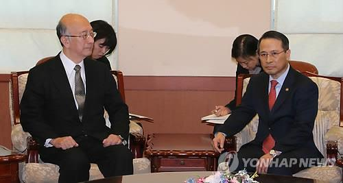 Vice Foreign Minister Kim Kyou-hyun lodges a complaint in a meeting with Japanese Ambassador to South Korea Koro Bessho on Jan. 28, 2014, over Japanese education ministry's decision to add Japan territorial claims to Dokdo in Japanese textbooks. (Yonhap)