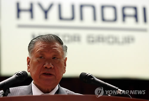 Hyundai Motor Chairman Chung Mong-koo speaks at the company headquarters in Seoul on Jan. 2, 2014. Chung said the Hyundai-Kia Automotive Group aims to sell 7.86 million vehicles globally this year, up 4 percent from the previous year. (Yonhap)