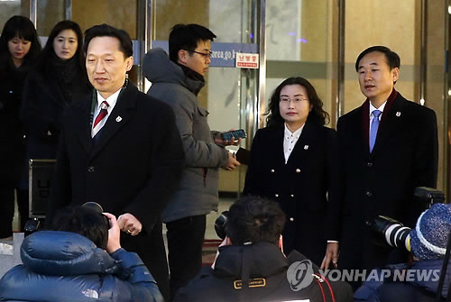 South Korean delegates leave the Headquarters for Inter-Korean Dialogue in Samcheong-dong, central Seoul, on Feb. 5, 2014 for the inter-Korean village of Panmunjom to hold preparatory talks with North Korea on separated family reunions. (Yonhap)