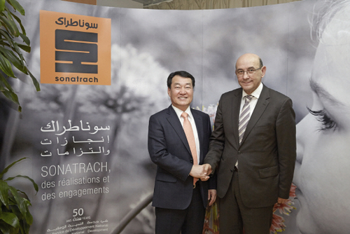 Samsung Engineering President Park Choong-heum (left) shakes hands with Sonatrach Chairman Abdelhamid Zerguine in the capital city of Algeria on Feb. 16 (local time).