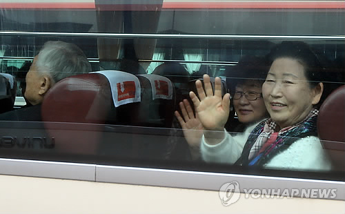 Heo Kyung-ok, an 86-year-old South Korean woman, waves to reporters as she leaves Hanwha Resort Condo in Sokcho, Gangwon Province, on Feb. 20, 2014 for North Korea's Mount Kumgang resort to meet her family members living in the North. (Yonhap)
