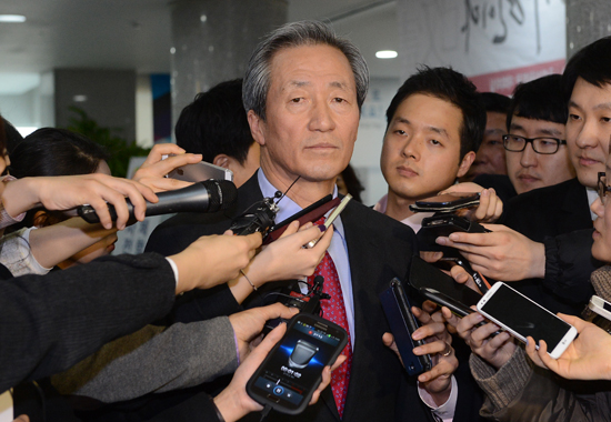"Ruling Saenuri party's Rep. Chung Mong-joon answers reporters at a publication party of ""Now is the Time for a Constitutional Amendment,"" published by the same party's Rep. Lee Jae-oh in the Assembly Hall on March 2."