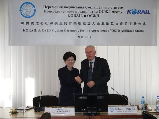 Choi Yeon-hye, KORAIL president (left), shakes hands with Chair Tadeusz Szozda on March 21 (local time) in Warsaw, Poland, after joining the Organization for Cooperation of Railway.