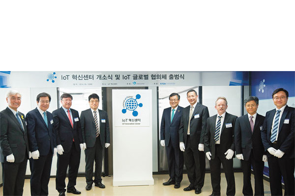Minister of of Science, ICT and Future Planning Choi Moon-ki (5th from left) participates in the opening ceremony for the IoT Innovation Center and the IoT Global Council on May 13.