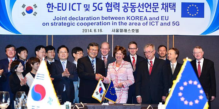 Science, ICT and Future Planning Minister Choi Mun-kee (left) and Vice President of the European Commission Neelie Kroes shake hands after adopting a joint declaration for ICT and 5G networking in Seoul Palace Hotel on June 16.