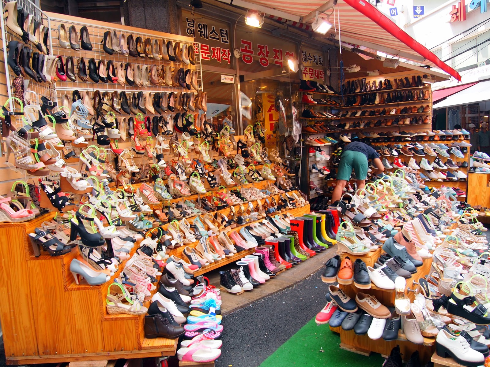 Women's shoes in the famous Dongdaemun shopping district remain unbought amidst record-low consumer confidence in South Korea.