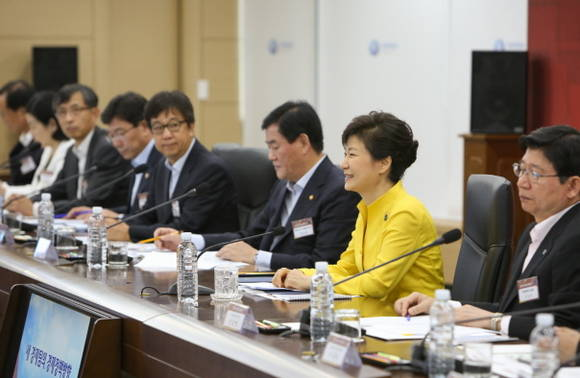 President Park Geun-hye presides over an economic ministerial meeting on July 24 in the Government Complex in Sejong City.