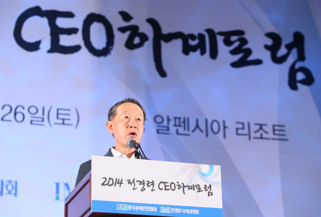 Federation of Korean Industries Chairman Huh Chang-soo delivers a greeting at the 2014 FKI CEO Summer Forum, held at the Alpensia Resort in Pyeongchang, Gangwon Province, on July 25.