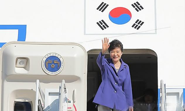 President Park Geun-hye departs from the Seoul Air Base in the afternoon of Sept. 20 to visit Canada and New York.