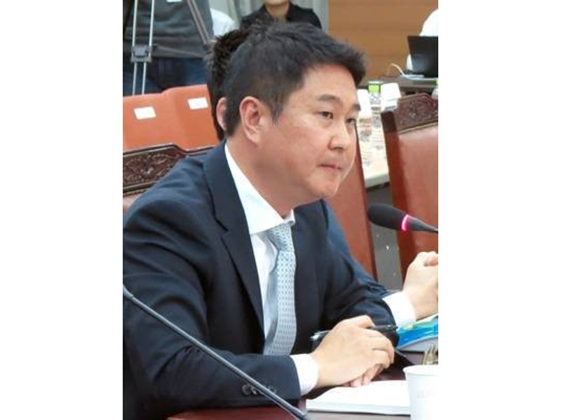 Daum Kakao CEO Lee Sir-goo testifies at the parliamentary audit of wiretapping warrants on Oct. 16.