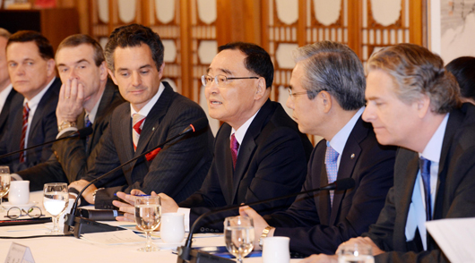 Prime Minister Jung Hong-won speaks with foreign investment company CEOs on Oct. 20 at his official residence in Samcheong-dong, Seoul.