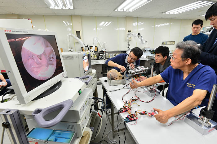 A Medical team led by Dr. Kim Sun-ho from Severance Hospital demonstrates how to remove brain tumors using an active cannula robot for microscopic surgery.