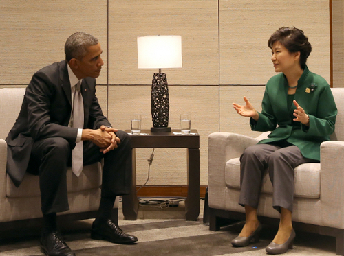 President Park Geun-hye and President Barack Obama talk in the afternoon of Nov. 11 in the China National Convention Center located on the outskirts of Beijing.