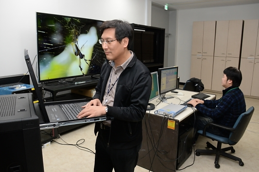 A research team at ETRI checks a newly-developed encoder system while watching 4K videos.