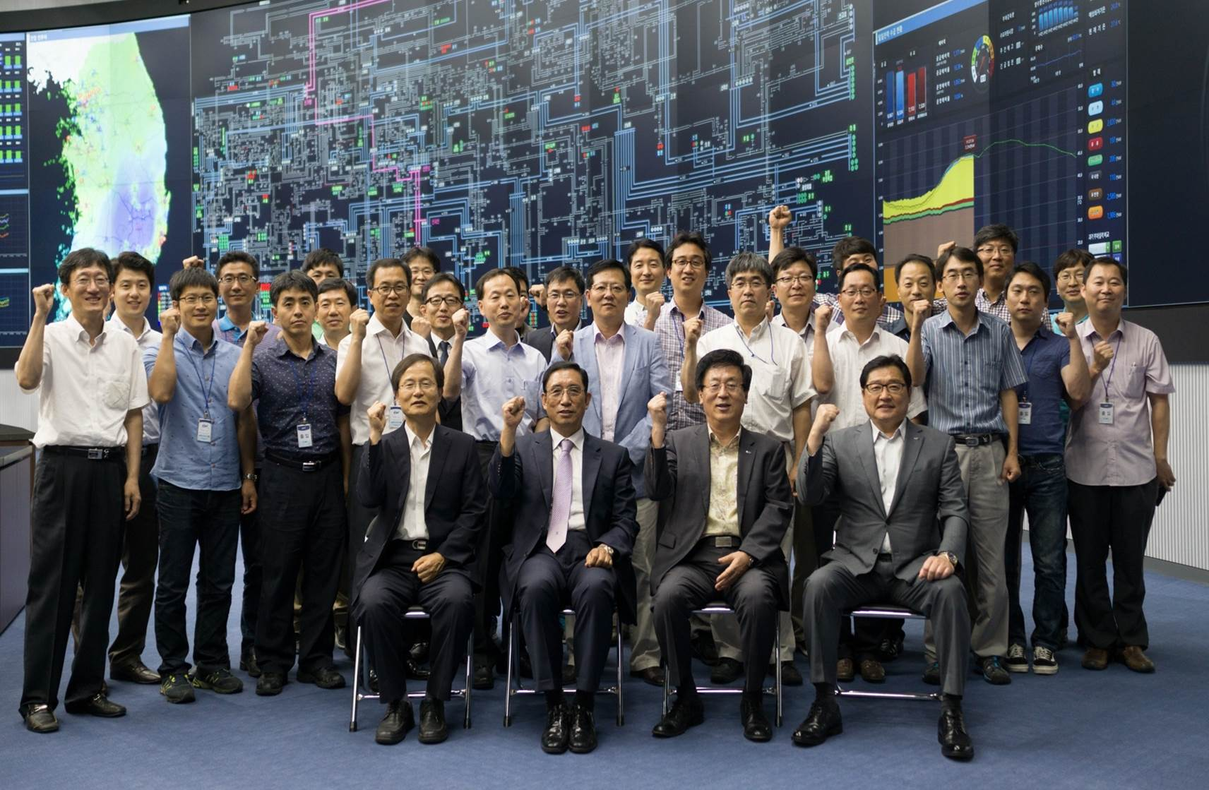 KERI Chairman Park Kyung-yup (front left) poses with the staff of the Korea Electrotechnology Research Institute in celebration of the completed project.