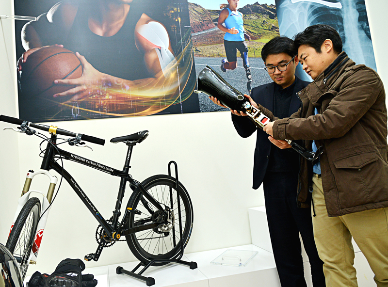 Visitors are looking at an artificial leg made out of carbon fiber at the Creative Economy Innovation Center in Jeonju, North Jeolla Province.