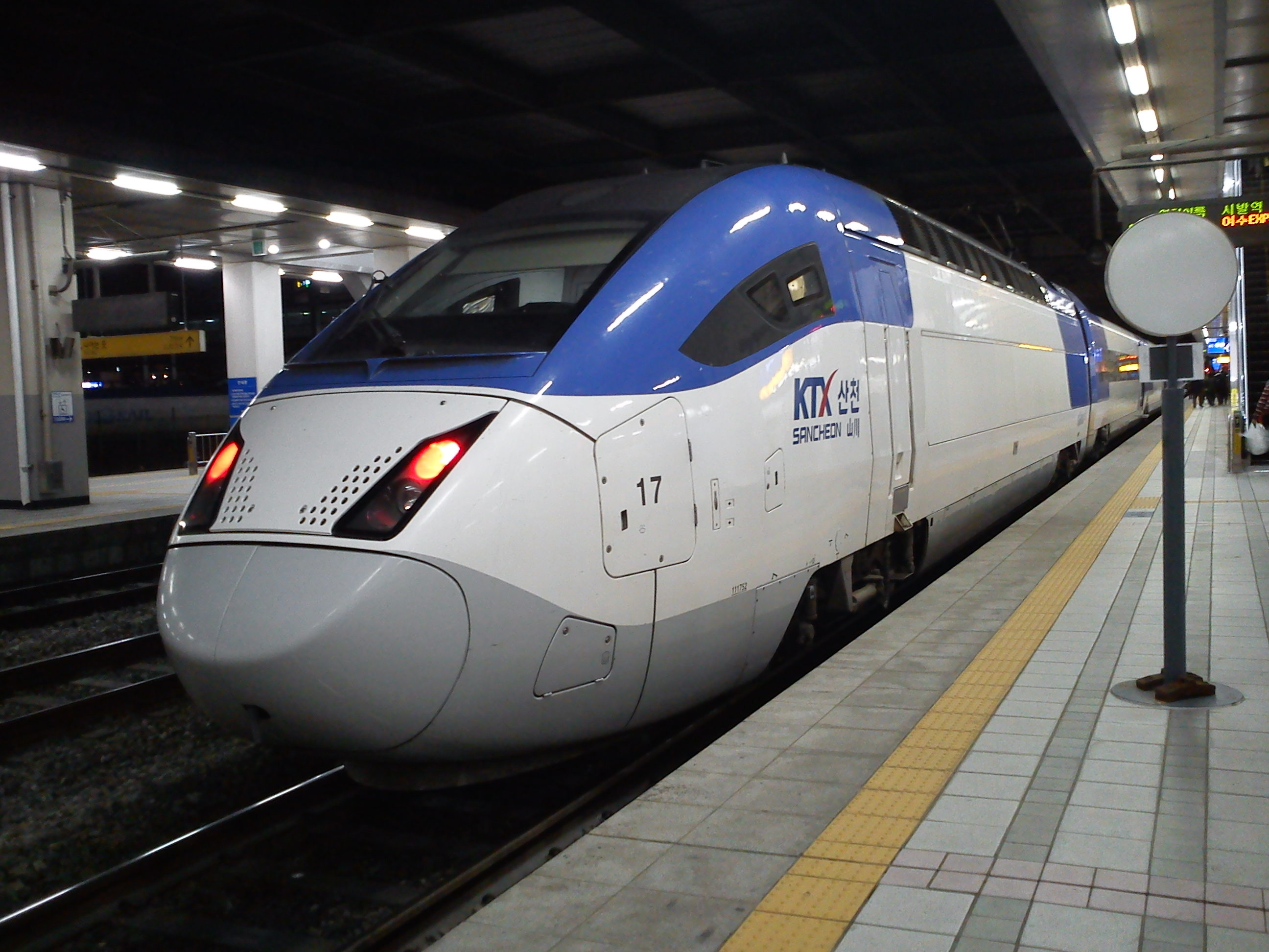 The Korea Train eXpress, or KTX, travels at speeds of up to 305 km/h (190 mph). (Photo by Mx kouhosei via Wikimedia Commons)