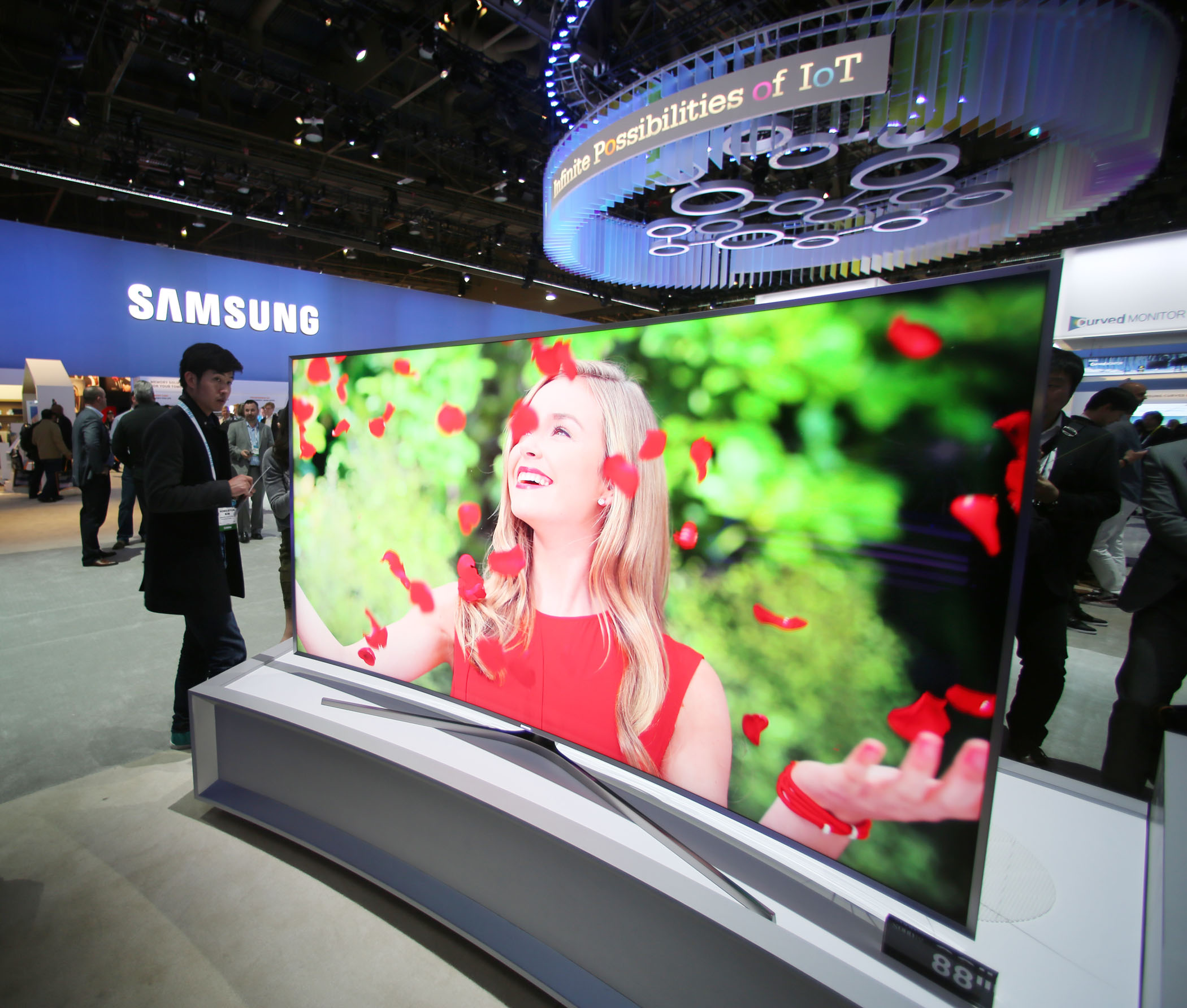 Samsung's 105 inch flexible SUHD TV won awards at CES 2015.