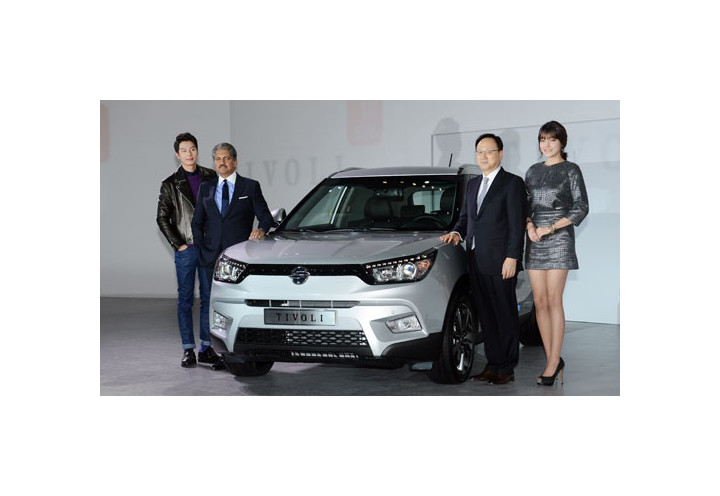 Mahindra & Mahindra Group Chairman Anand Mahindra (2nd from left) and Ssangyong Motors CEO Lee Yoo-il (2nd from right) present the Tivoli SUV at a launch ceremony held on Jan. 13 at the Dongdaemun Design Plaza in Seoul.