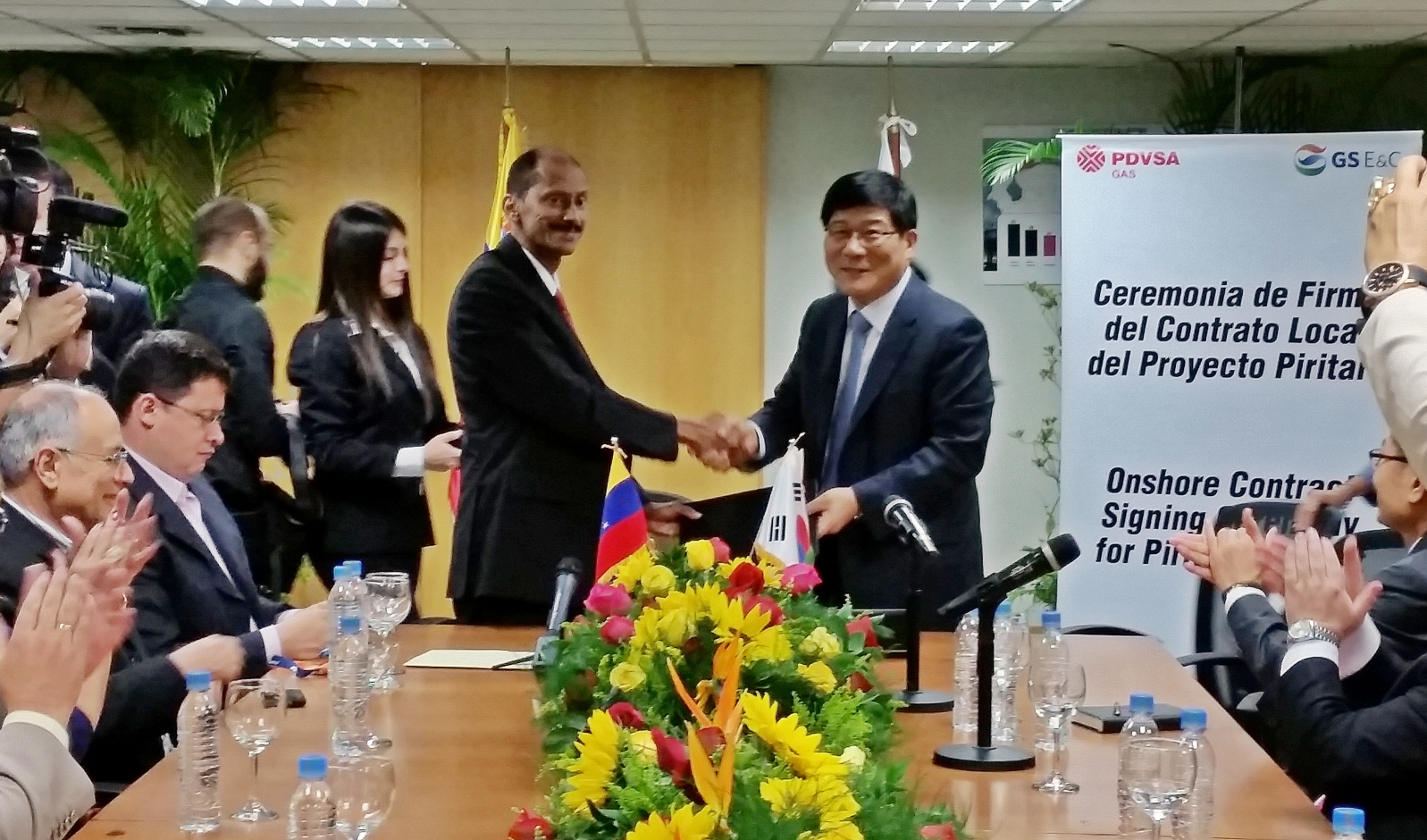 Huh Sun-haeng, head of the plant sector at GS E&C, shakes hands with Anton Castillo, president of PDVSA Gas.