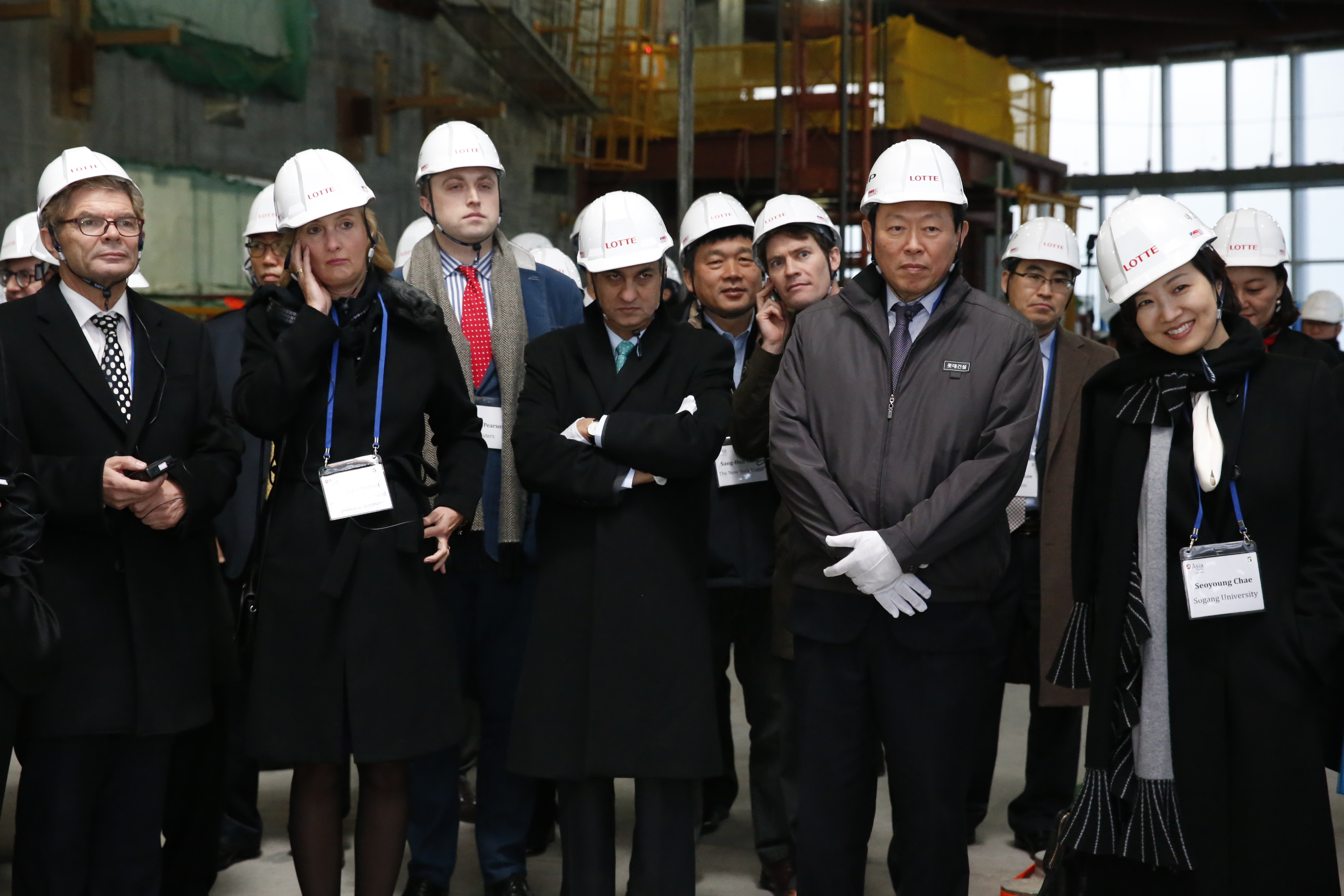 Lotte Group Chairman Shin Dong-bin (front row, 2nd from right) is giving a tour of the 2nd Lotte World building to 80 people, including members of the Asia Society Korea Center and diplomatic missions in Korea.