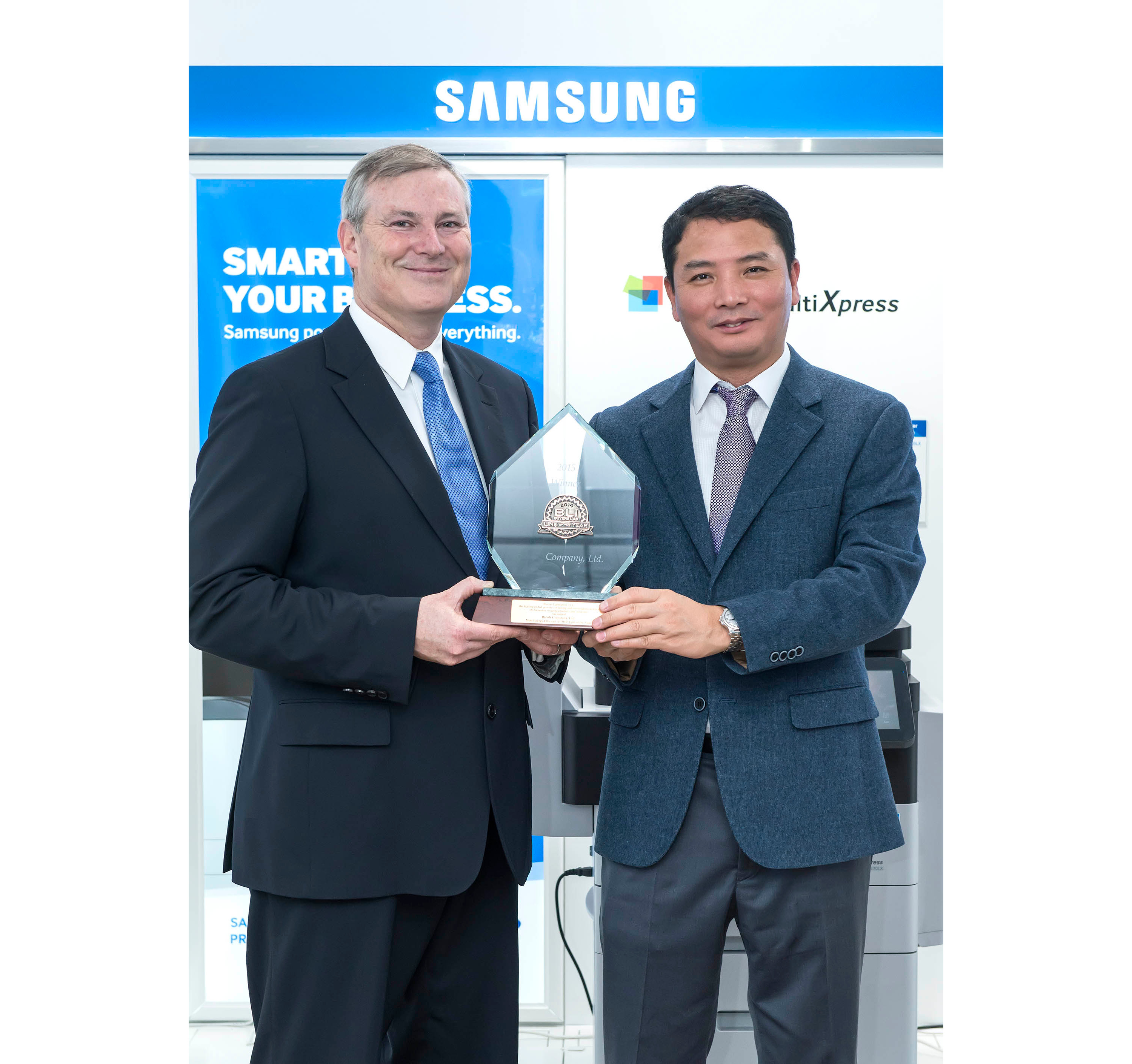 Kim Kwang-suk (right) receives the Best Product Award from Buyers Laboratory's Gerry O'Rourke left).