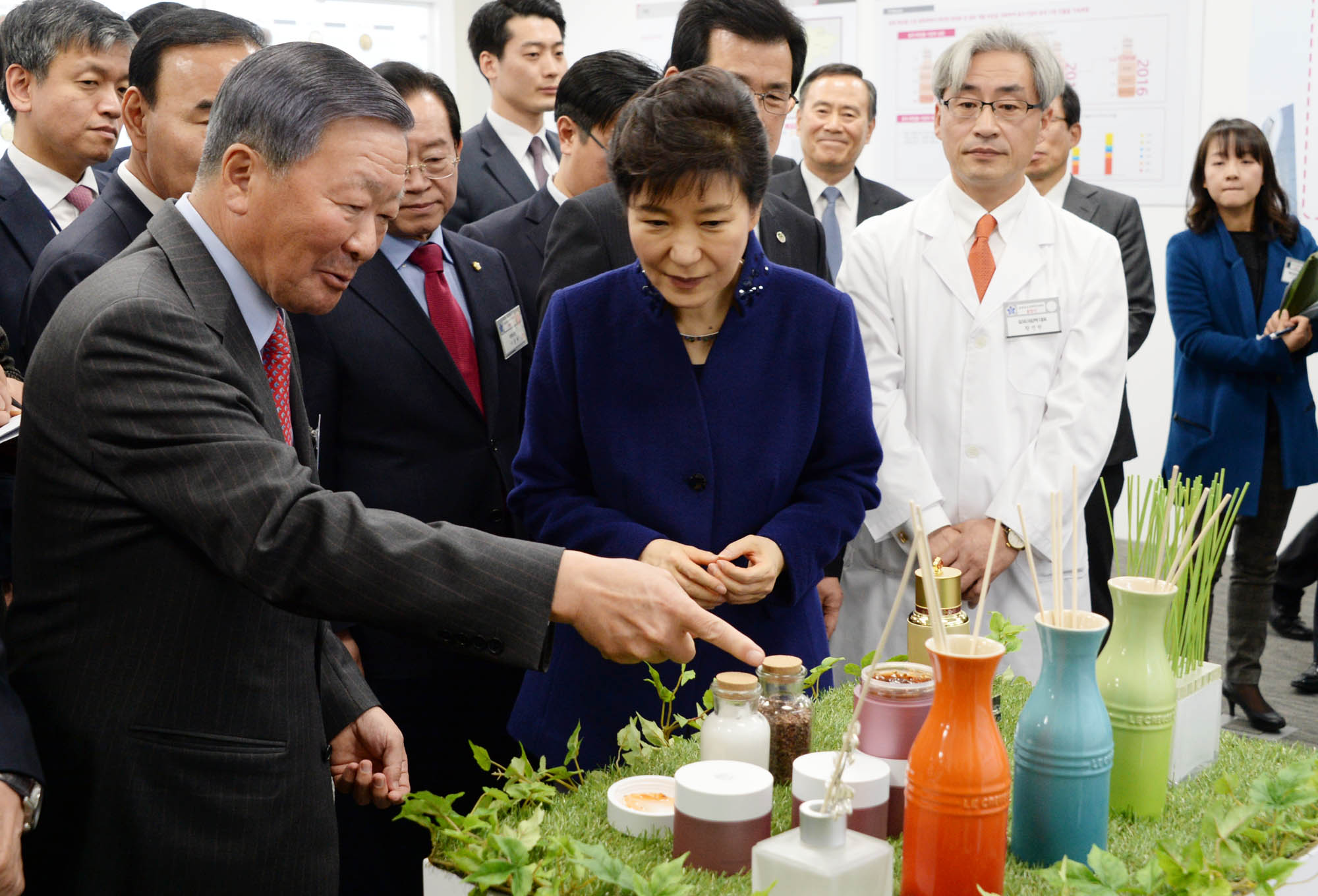 LG Group chairman Koo Bon-moo (left) points out the raw materials of cosmetics to President Park Geun-hye.
