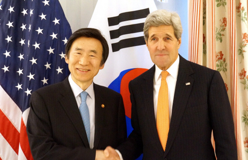 Foreign Affairs Minister Yoon Byeong-se and Secretary of State John Kerry shake hands in Munich, Germany on Feb. 7.